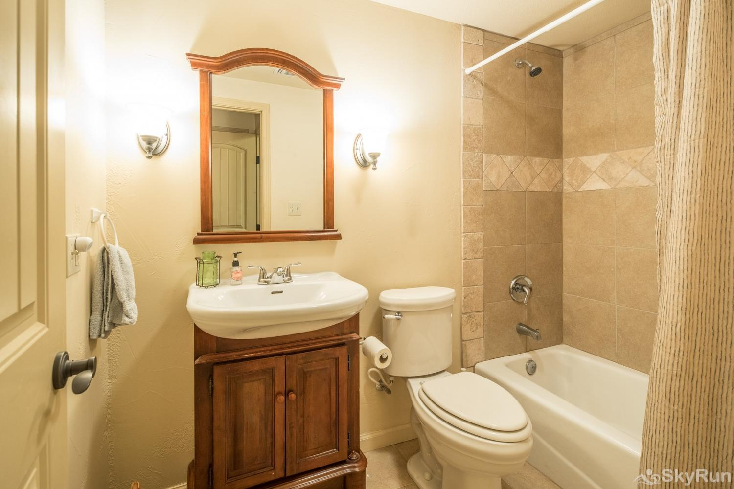 LITTLE ROCK 'N' WOOD Second Full Bathroom
