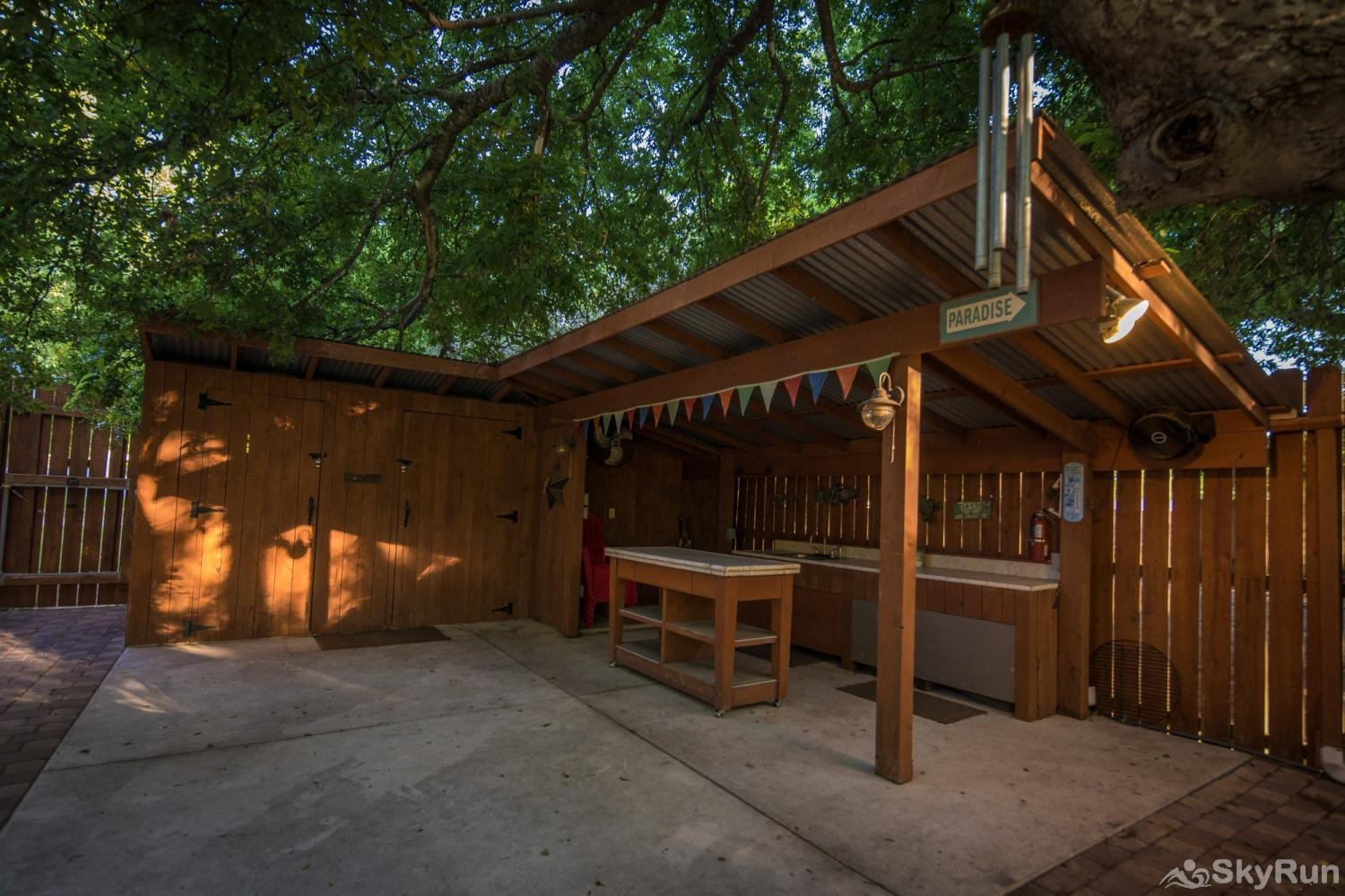 STAR OF TEXAS AND COTTAGE COMBO Outdoor bar and barbecue area